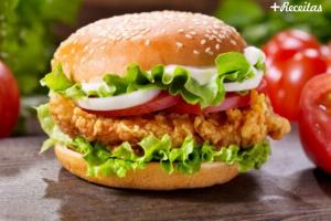 Hamburger de frango empanado e recheado