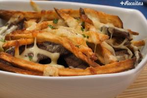 Carne com queijo e batatas